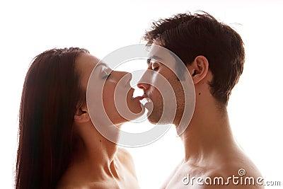 Pares que disfrutan de beso erótico