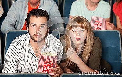 Pares que olham fixamente no teatro