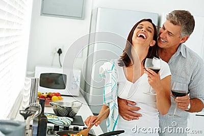 Pares que se gozan mientras que prepara el alimento