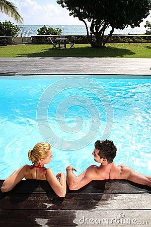 Pares que se relajan en piscina