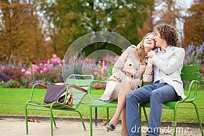 Pares románticos en un parque