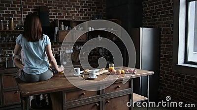 Pares románticos hermosos que abrazan en la cocina metrajes