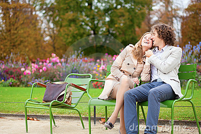 Pares românticos em um parque
