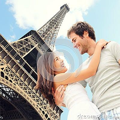 Pares românticos da torre Eiffel de Paris