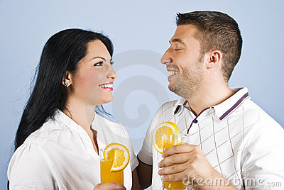 Pares sanos que ríen junto