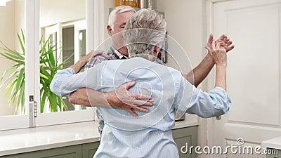 Pares velhos que dançam uma valsa filme