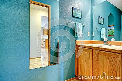 Parete del turchese del bagno con lo specchio fotografia - Lavandino angolo bagno ...
