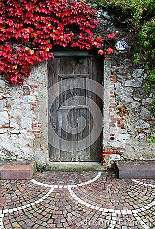 Porta di legno e parete di pietra fotografia stock   immagine ...