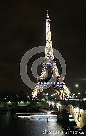 Free Paris Eiffel Tower At Night Royalty Free Stock Image - 18339646