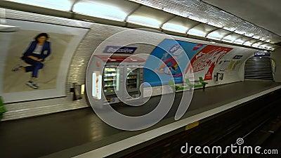 Paris, France - 31 mars 2019 : arrivée de métro à la station de Boissiere banque de vidéos
