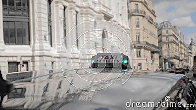 Paris-Taxi Lichter grün, Taxi frei Vor dem hintergrund einer unscharfen Stadtlandschaft Nahaufnahme Langsame Bewegung stock video