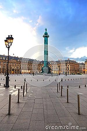 Paris, Vendome quadratischer Grenzstein auf Sonnenuntergang. Frankreich