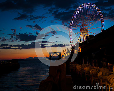 Pariserhjul på vattnet på solnedgången