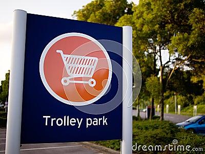 Parkowy szyldowy tramwaj