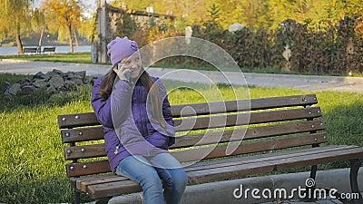 Parler de sourire de fille de l'adolescence mignonne au téléphone Supports dentaires Au ralenti banque de vidéos