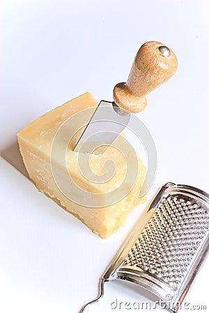 Parmesano con el cuchillo y el rallador