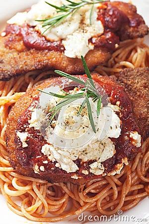 Parmigiano del pollo con la pasta degli spaghetti