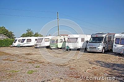 Parque de caravanas del almacenamiento de la caravana Fotografía editorial
