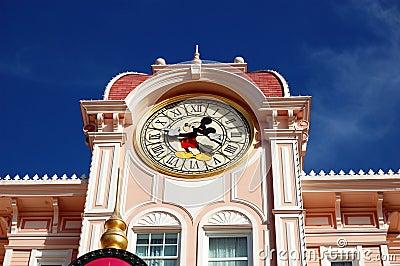 Parque de Disneylandya París, torre de reloj del ratón de Mickey Foto de archivo editorial