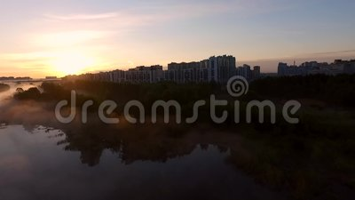 Parque de la ciudad y lago próximo en el amanecer almacen de video