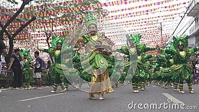 Partecipa alla parata al festival di Sinulog archivi video