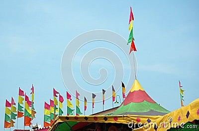 Partes superiores da barraca do festival
