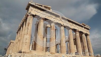 Parthenon - templo antiguo en acrópolis ateniense en Grecia