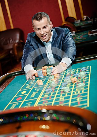 Participaciones alegres del jugador que juegan la ruleta