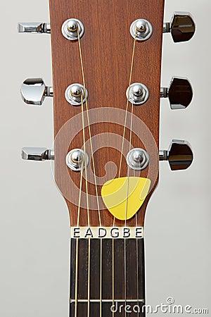 Particolare della chitarra: lettere di sintonia delle note dei perni delle spine di tasti