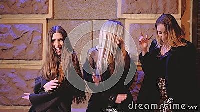 Partijnacht gedronken meisjes het dansen straatviering stock video