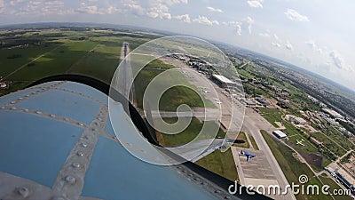 A partir da cabine, você pode ver como o avião se move ao longo da pista, treme e decola vídeos de arquivo