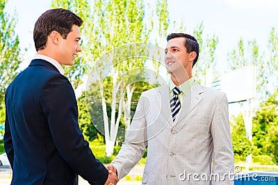 Partner, der Hände rüttelt