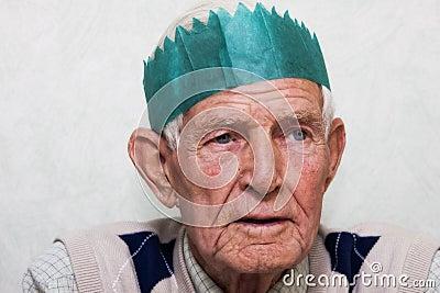 Partying dell uomo anziano