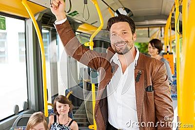 Pasajero masculino en un omnibus