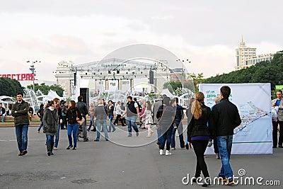 Paseo de la gente en el parque Foto editorial