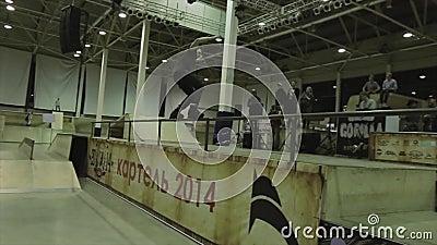 Paseo del patinador del rodillo en la cerca , vuelque el salto Manía extrema Competencia en skatepark Mucha gente metrajes