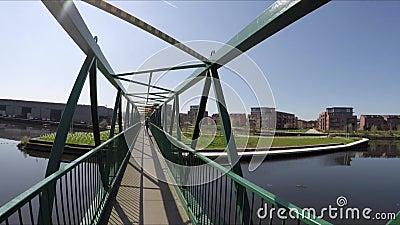 Paseo lento en un puente metrajes