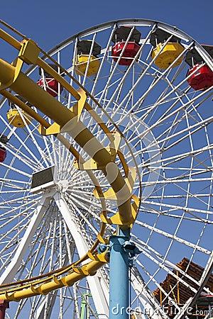 Paseos de emoción de la diversión del carnaval del embarcadero de Santa Mónica