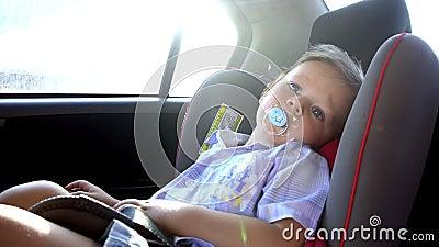 Paseos del muchacho en el asiento de carro de un niño metrajes