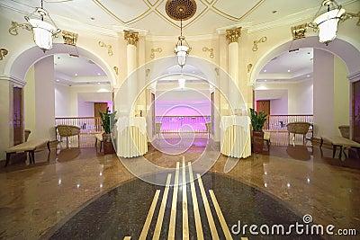 Pasillo con las salidas al balcón en el hotel Ucrania Foto editorial
