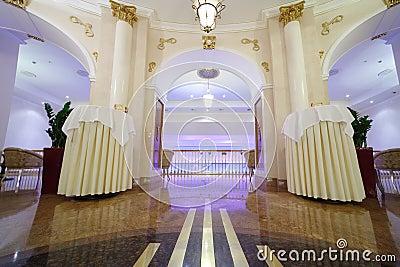 Pasillo hermoso con las columnas en el hotel Ucrania Foto editorial
