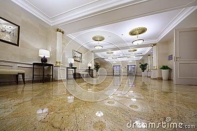 Pasillo ligero con los cuadros en el hotel Ucrania Imagen de archivo editorial