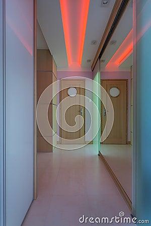 Pasillo Moderno Con La Iluminación De Neón Foto de archivo ...