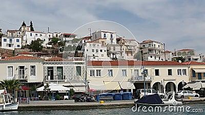 Paso del velero a lo largo de la costa de la isla de Poros, Mar Egeo metrajes