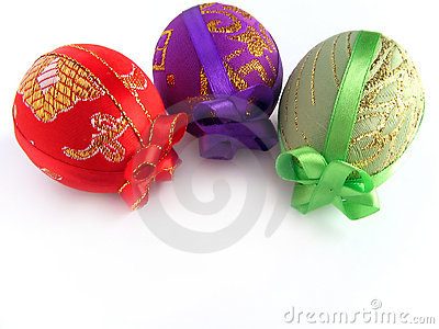 Pasqua ha verniciato l uovo legato in su dai nastri 2