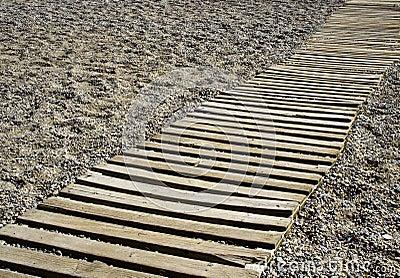 Passage couvert sur une plage de bardeau