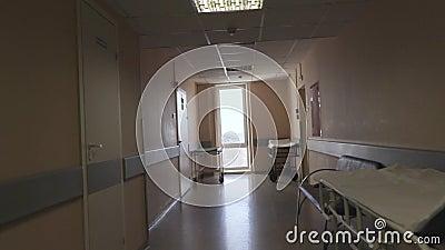Passage le long du couloir d'hôpital Vue de la premi?re personne Vid?o de POV banque de vidéos