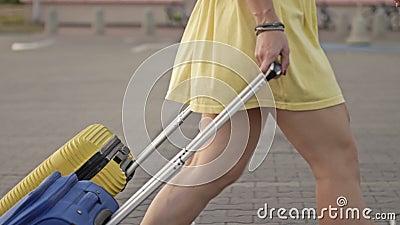 Passageiros com malas a andar na plataforma da estação ferroviária Duas mulheres com bagagem no aeroporto filme