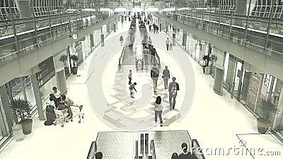 Passageiros da chegada no aeroporto de Suvanaphumi video estoque