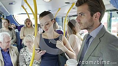 Passageiros que estão no ônibus ocupado do assinante filme